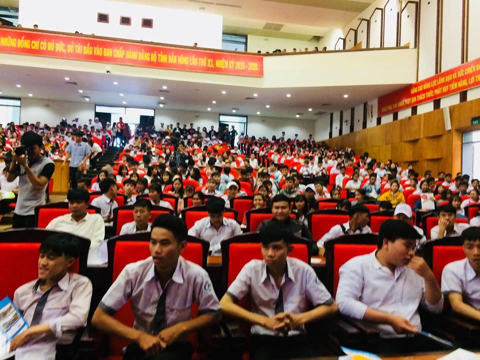 Các em học sinh Khối 12 tham gia chương trình tiếp bước mùa thi